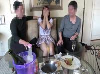 美少女が3人の男たちに囲まれてだんだんと酔わされながら乱交中出し